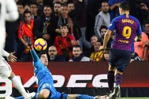 Luis Suarez mencatat hat-trik saat menjebol gawang Real Madrid pada menit ke-30 melalui titik penalti, menit ke-75, dan ke-83. Afp Photo/Gabriel Bouys
