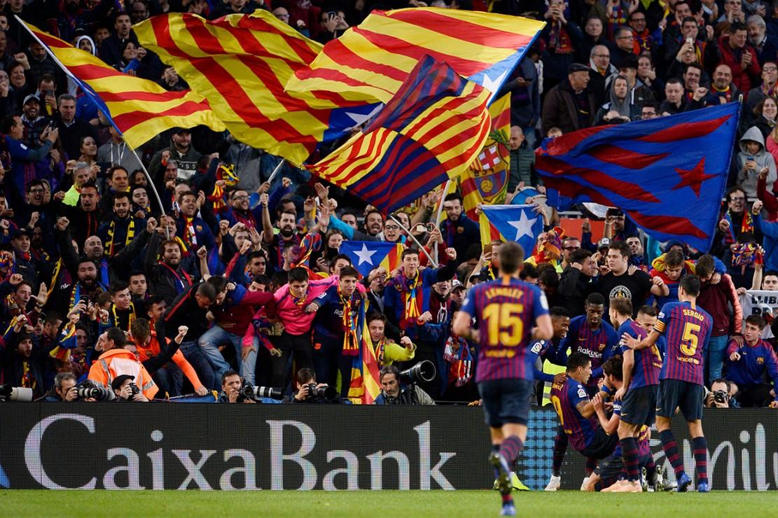 Luis Suarez menjadi bintang pada pertandingan Barcelona vs Real Madrid itu. Dia mencetak tiga dari lima gol kemenangan timnya. Afp Photo/Josep Lago