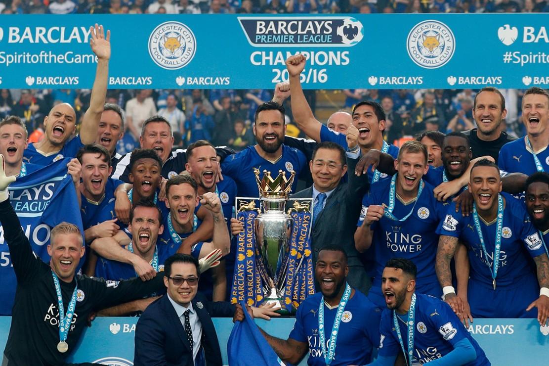 Salah satu yang mungkin akan selalu dikenang para pendukung dan publik sepak bola dunia adalah jasa Vichai membuat Leicester City menjadi juara Liga Inggris musim 2015-2016. Afp Photo/Adrian Dennis