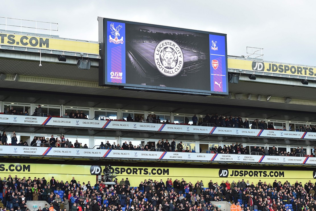 Setelah mengumumkan kabar duka ini, Leicester City mengubah lambang klub di akun sosial media mereka menjadi abu-abu sebagai tanda duka cita. Afp Photo/Glyn Kirk