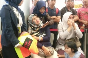 Keluarga menunggu kedatangan pesawat Lion Air dengan nomor penerbangan JT 610 rute Jakarta menuju Pangkal Pinang di bandara Depati Amir, Pangkal Pinang, Bangka Belitung. Antara Foto/Elza Elvia