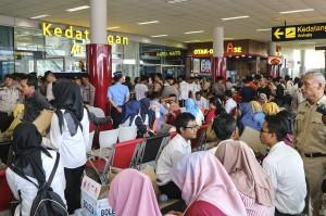 Sejumlah anggota keluarga korban jatuhnya pesawat Lion Air JT-610 rute Jakarta-Pangkalpinang berada di ruang kedatangan Bandara Depati Amir, Pangkalpinang, Bangka Belitung. Antara Foto/Hadi Sutrisno