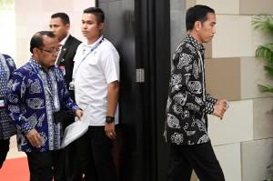 Presiden Joko Widodo sudah memerintahkan Kepala Basarnas dibantu TNI dan Polri untuk melakukan pencarian korban terkait musibah Lion Air JT610.