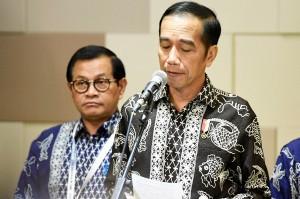 Jokowi berharap kepada keluarga korban untuk tetap tenang dan menunggu tim SAR yang sedang bekerja keras melakukan pencarian.