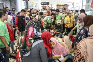 Keluarga korban jatuhnya pesawat Lion Air JT-610 rute Jakarta-Pangkalpinang berada di ruang kedatangan Bandara Depati Amir, Pangkal Pinang, Bangka Belitung. Antara Foto/Roni Bayu