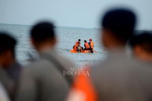 Basarnas melakukan penyisiran di sekitar pantai untuk menemukan puing-puing dan penumpang pesawat Lion Air JT 910 di Pantai Pakis Jaya, Tanjung Pakis. MI/Susanto