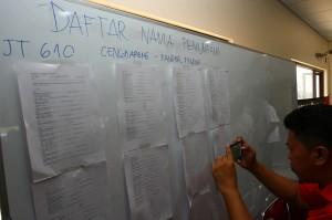 Petugas memotret daftar nama penumpang yang berada dalam penerbangan Lion Air JT 610 tujuan Jakarta-Pangkal Pinang di kantor Lion Air Group, Selapanjang, Tangerang, Banten. Sebanyak 181 penumpang dan tujuh awak pesawat menjadi korban peristiwa jatuhnya pesawat Lion Air di perairan Kerawang, Jawa Barat. Antara Foto/Muhammad Iqbal