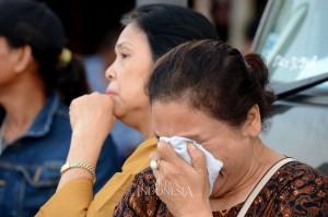 Keluarga korban tak mampun menahan kesedihan menunggu kabar penumpang pesawat Lion Air JT 910 di Pantai Pakis Jaya, Tanjung Pakis, Jawa Barat. MI/Susanto