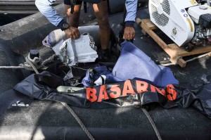 Personel Kopaska TNI AL menunjukan serpihan diduga berasal dari pesawat Lion Air JT610 saat melakukan pencarian di perairan Karawang, Jawa Barat. Antara Foto/Hafidz Mubarak A