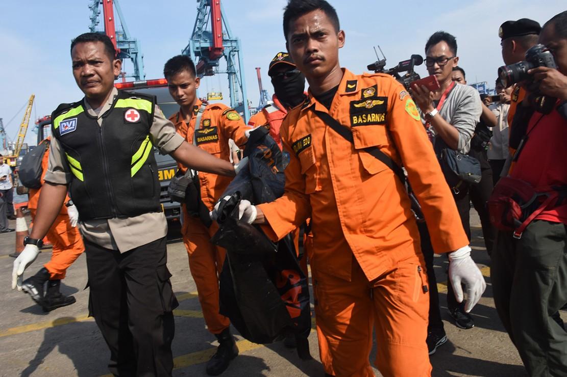Petugas gabungan mengevakuasi jenazah awak pesawat Lion Air JT 610 di Pelabuhan Tanjung Priok, Jakarta. Antara Foto/Indrianto Eko Suwarso