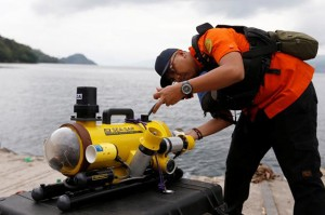 Personel Basarnas menyiapkan peralatan selam untuk mencari korban pesawat Lion Air bernomor penerbangan JT-610 rute Jakarta-Pangkalpinang yang jatuh di laut utara Karawang, Jawa Barat. Antara Foto/H0-Basarnas