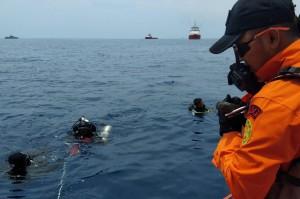 Personel Basarnas melakukan penyelaman untuk mencari korban pesawat Lion Air bernomor penerbangan JT-610 rute Jakarta-Pangkalpinang yang jatuh di laut utara Karawang, Jawa Barat. Antara Foto/H0-Basarnas