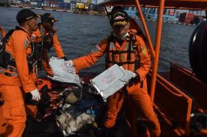 Petugas Basarnas mengevakuasi puing pesawat Lion Air JT 610 pascakecelakaan, di Pelabuhan Tanjung Priok, Jakarta. Antara Foto/Indrianto Eko Suwarso
