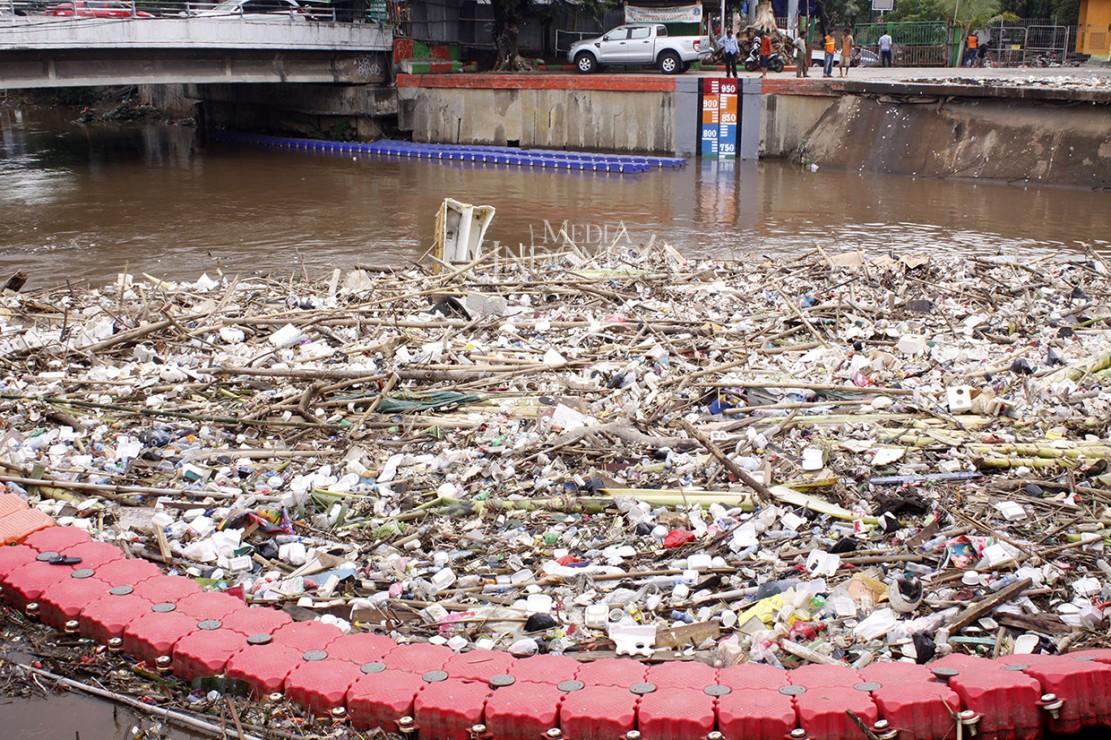 Pintu Air Manggarai Dipenuhi Sampah
