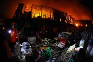 Kebakaran Pasar Legi terjadi sekitar pukul 16.30 WIB. Api menghanguskan ratusan los dan kios di lantai dua pasar itu.