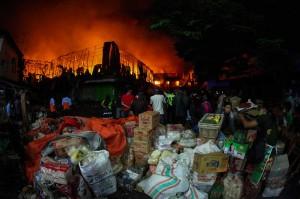 Polres Kota Surakarta mengerahkan pasukannya untuk mengamankan lokasi kebakaran Pasar Legi untuk menghindari hal-hal yang tidak diinginkan.
