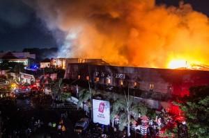 Menurut salah seorang warga, api mulai muncul di salah satu kios di lantai dua. Kebakaran diduga disebabkan hubungan pendek arus listrik.