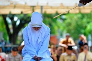 Seorang terpidana pelanggar peraturan daerah (qanun) tentang Syariat Islam mendapat hukuman cambuk di Banda Aceh, Aceh, Senin, 29 Oktober 2018.