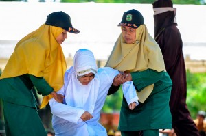 Lima pelanggar syariat islam di Provinsi Aceh mendapat hukuman cambuk, tiga di antaranya terbukti bersalah karena maisir atau judi dan dua lainnya  berbuat ikhtilat atau mesum.