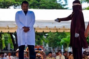 Eksekusi cambuk berlangsung di atas panggung yang disaksikan puluhan warga di halaman Masjid Musyahadah, Banda Aceh, Senin, sesuai putusan Mahkamah Syariah Banda Aceh.