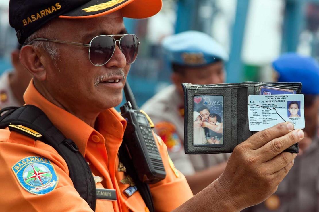 Petugas Basarnas menunjukkan dompet berisi kartu identitas yang diduga penumpang pesawat Lion Air JT 610 yang jatuh di perairan Laut Utara Karawang, Jawa Barat.