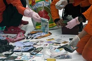 Petugas mengumpulkan barang-barang yang ditemukan di laut saat proses evakuasi di laut. Barang-barang tersebut diduga merupakan milik penumpang Lion Air JT 610.