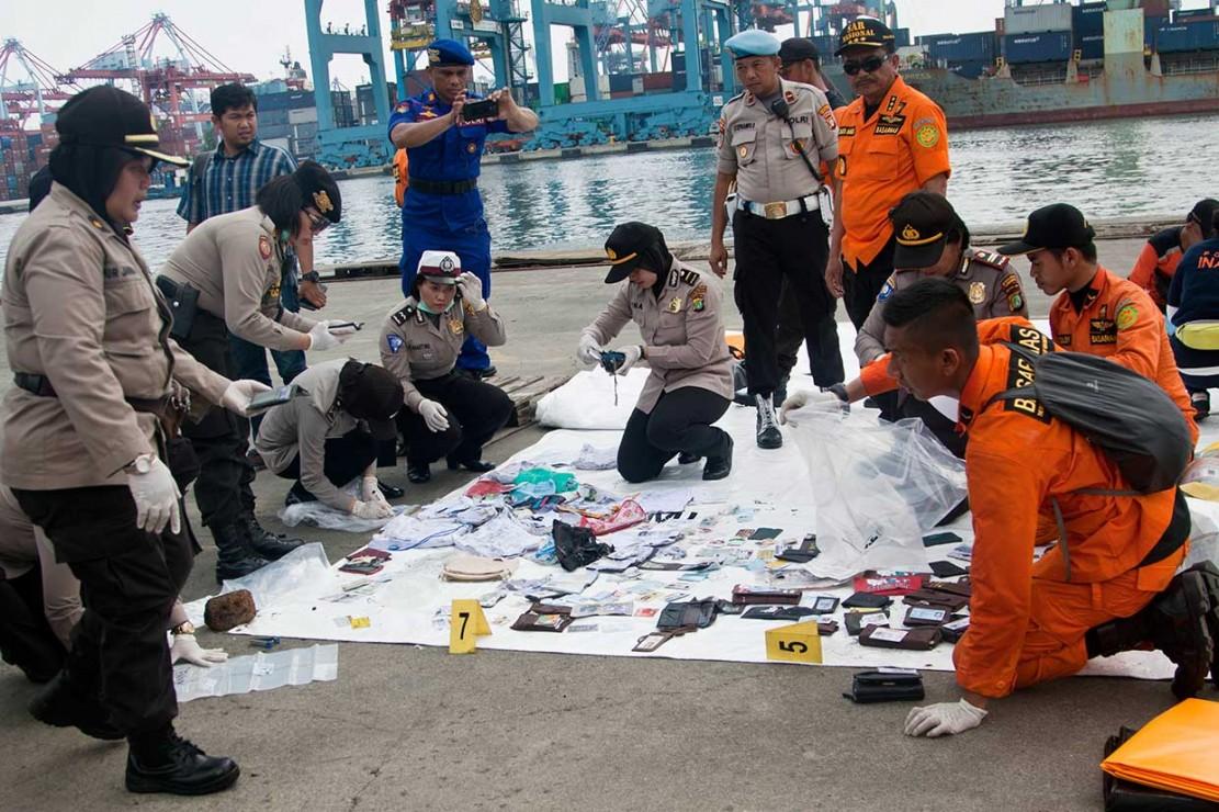 Barang-barang yang ditemukan di antaranya adalah dompet, kartu identitas, dan lainnya.