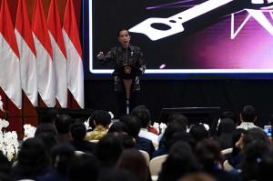 Jokowi menyebutkan perempuan punya angka harapan hidup lebih tinggi dibanding laki laki. Selain itu lebih kuat menghadapi persaingan, memiliki otak yang lebih responsif.