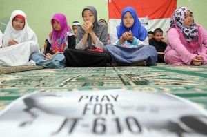 Sejumlah santri dan santriwati pesantren Tunanetra Hafidz Quran memanjatkan doa untuk para korban jatuhnya pesawat Lion Air JT 610 di Yayasan Raudlatul Makfufin Serpong, Tangerang Selatan, Banten, Selasa, 30 Oktober 2018. Antara Foto/Muhammad Iqbal