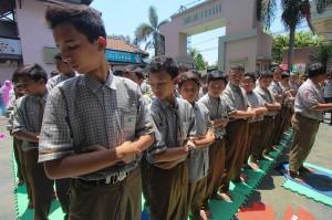 Sejumlah pelajar melaksanakan salat gaib di halaman sekolah SMP Muhammadiyah 2 Surabaya, Jawa Timur. Antara Foto/Didik Suhartono