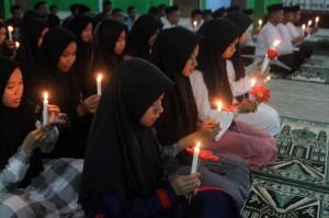 Santri MAN Insan Cendekia Kendari, Sulteng, Senin, 29 Oktober malam, menyalakan lilin dan berdoa bersama sebagai bentuk rasa berkabung atas jatuhnya pesawat Lion Air JT 610. Antara Foto/Jojon