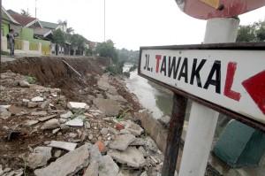 Kondisi dinding penahan tanah atau turap yang longsor di Komplek Kedung Badak Baru, Bogor.
