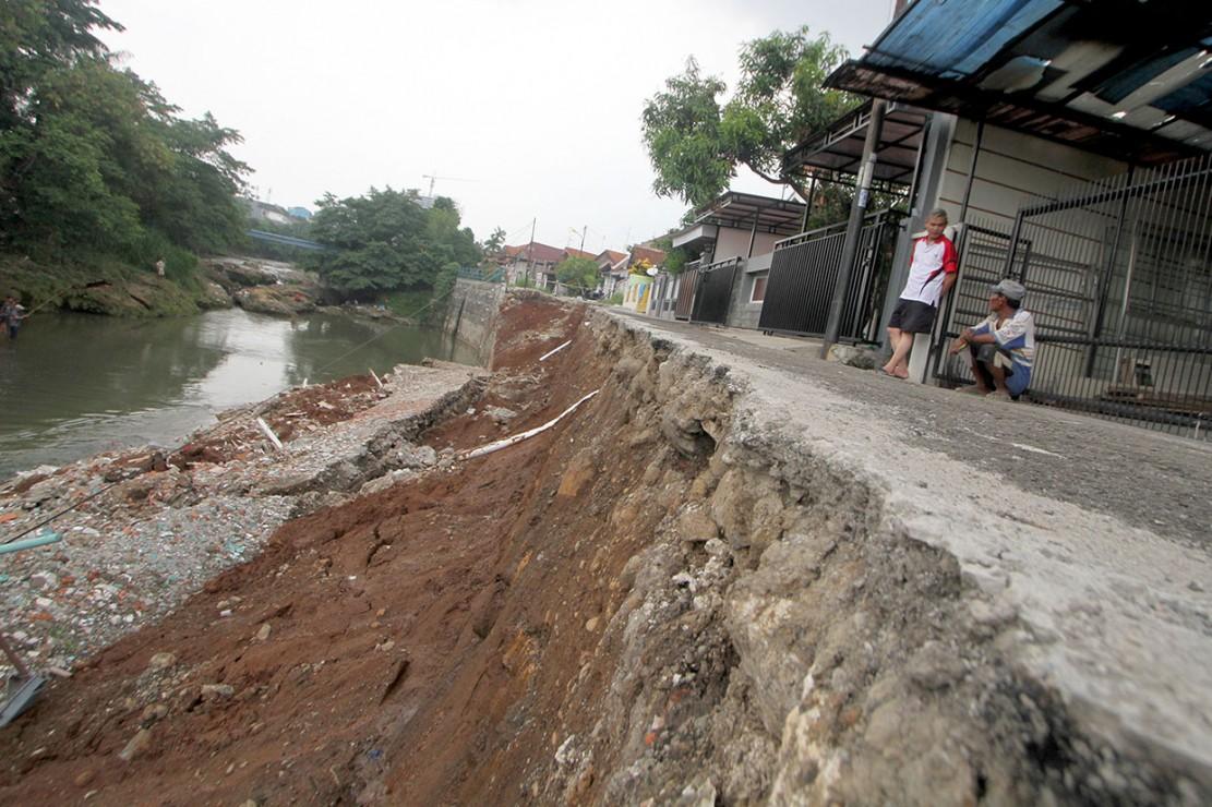 Hujan Deras, Turap di Kedung Badak Bogor Longsor