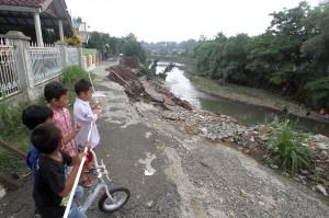 Selain rumah, tebing yang longsor ini juga mengakibatkan keretakan di Jalan Tenang. Keretakan tanah yang berdampak longsor ini mengancam rumah warga yang ada sekitarnya.