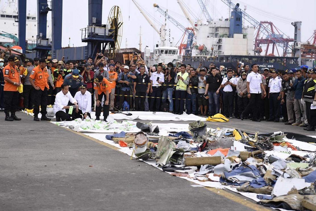 Jokowi tampak mengecek puing-puing badan pesawat sambil berbincang dengan Budi Karya dan Syaugi. Kemudian Jokowi bergeser menemui sejumlah petugas Basarnas dan menyalami mereka.