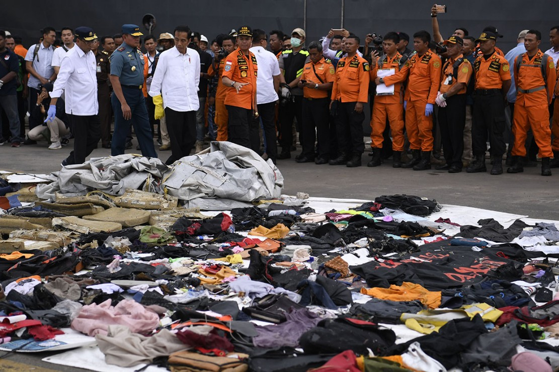 Presiden Joko Widodo (ketiga kiri) didampingi Menteri Perhubungan Budi Karya Sumadi (kiri) dan Kepala Basarnas M Syaugi mengamati barang temuan milik penumpang pesawat Lion Air JT 610 di Posko Penyelamatan Lion Air, Dermaga JICT 2, Jakarta.