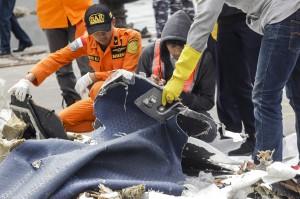 Petugas melakukan identifikasi barang milik korban kecelakaan pesawat Lion Air JT 610 di Posko Evakuasi Pelabuhan Tanjung Priok, Jakarta. Antara Foto/Muhammad Adimaja
