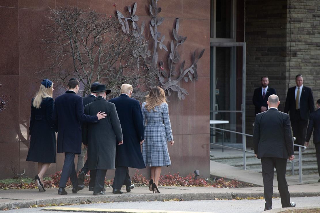 Presiden AS Donald Trump bersama Melania Trump mengunjungi lokasi penembakan sinagoge di Pittsburgh, Amerika Serikat. Afp Photo/Saul Loeb