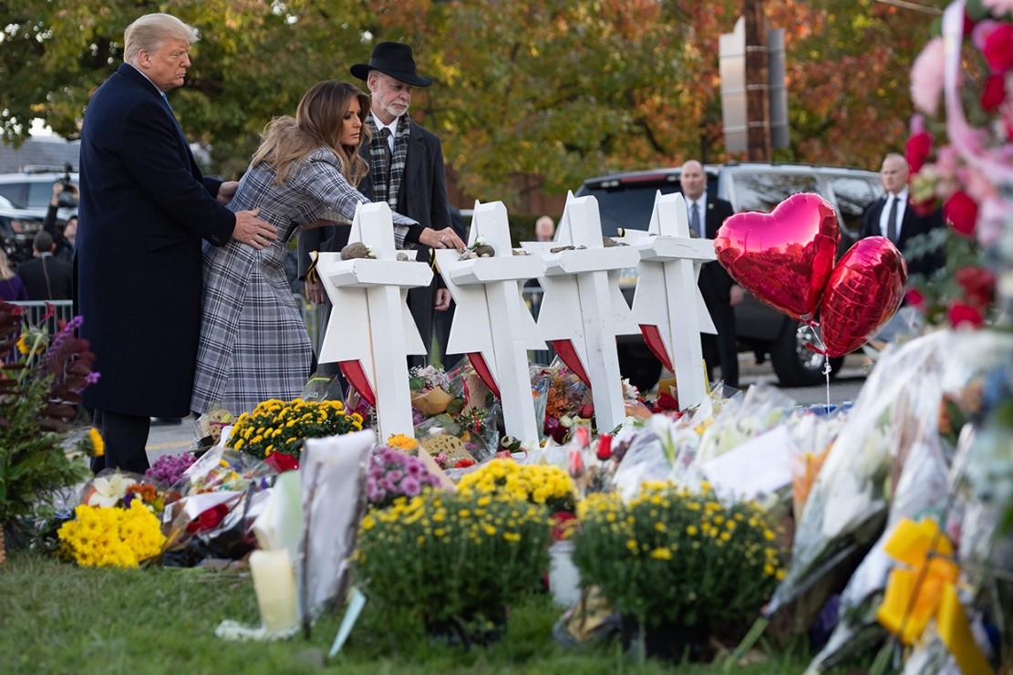 Presiden Donald Trump dan ibu negara Melania Trump meletakkan karangan bunga di sebuah memorial bagi korban penembakan sinagoge Tree of Life di Pittsburgh. Afp Photo/Saul Loeb