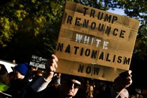 Demonstran tampak membawa spanduk bertuliskan,