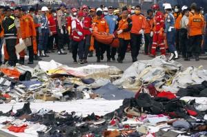Petugas gabungan Basarnas, PMI, TNI dan Polri mengevakuasi jenazah korban kecelakaan pesawat Lion Air JT 610 di Posko Evakuasi JICT 2 Pelabuhan Tanjung Priok, Jakarta, Rabu, 31 Oktober 2018.