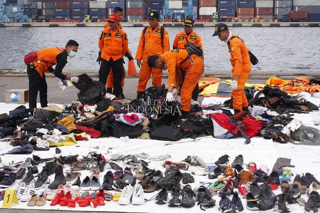Petugas gabungan juga mengevakuasi puing dan barang yang diduga milik korban kecelakaan pesawat Lion Air JT 610.