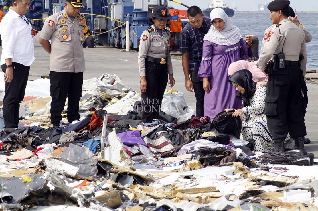 Sementara itu keluarga juga mengidentifikasi barang-barang yang ditemukan yang diduga milik korban kecelakaan Lion Air JT 610.  Sebelumnya, hingga Selasa, 30 Oktober, Rumah Sakit Polri sudah menerima 48 kantong jenazah dan tujuh kantong properti dari tim evakuasi Posko Tanjung Priok.