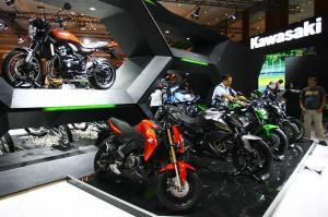 Pengunjung melihat motor terbaru keluaran Kawasaki yang dipamerkan pada Indonesia Motorcycle Show (IMOS) 2018 di Jakarta Convention Centre, Jakarta, Rabu.