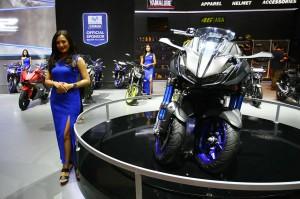 Model berfoto di samping motor terbaru keluaran Yamaha yang dipamerkan pada Indonesia Motorcycle Show (IMOS) 2018.