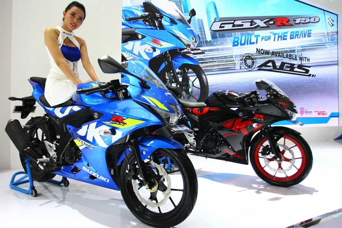 Model berfoto dengan motor terbaru keluaran Suzuki yang dipamerkan pada Indonesia Motorcycle Show (IMOS) 2018.