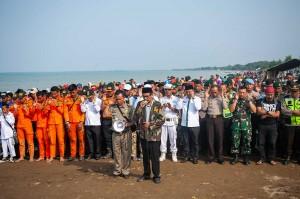 Ratusan warga bersama unsur Pemkab Karawang, TNI, Polri, tokoh agama, dan tim gabungan evakuasi pesawat Lion Air JT 610 melakukan salat gaib dan doa bersama di Pantai Tanjung Pakis, Jawa Barat, Rabu, 31 Oktober 2018.