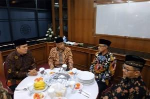 Pemimpin kedua ormas Islam tersebut kemudian memulai pertemuan dengan makan malam bersama. Ketum PBNU Said Aqil Siroj didampingi Sekjen Helmy Faishal Zaini, sementara Ketua PP Muhammadiyah Haedar Hashir didampingi Sekretaris Umum Abdul Mu'ti.