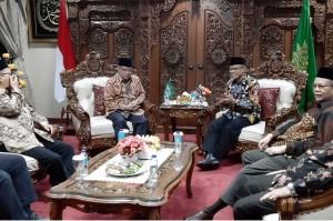 Para petinggi kedua ormas Islam terbesar di Indonesia tersebut kemudian melakukan pertemuan secara tertutup. Belum diketahui isi pertemuan tersebut.