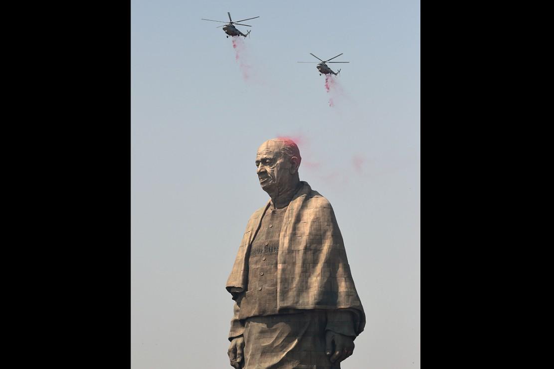 Jet tempur mengudara di atas patung itu dan sekumpulan kelopak bunga mawar dijatuhkan dari helikopter yang mengudara di atas kepala patung tersebut.